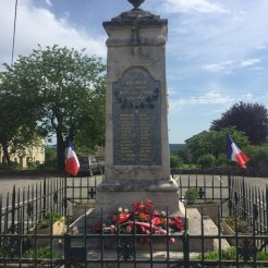 Recueillement devant le Monument aux Morts